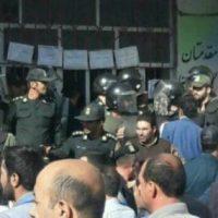 هجوم مردم به مدرسه راه شهدا