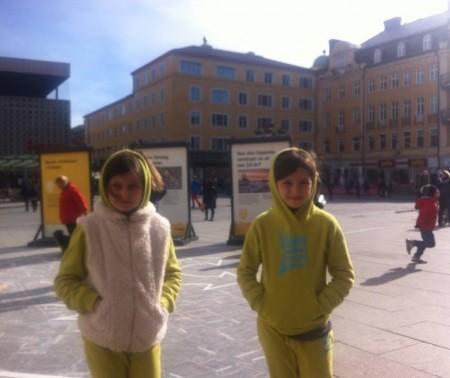 عکس سارا و نیکا در سوئد