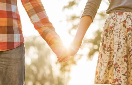 عکس گرفتن دست عاشقانه دونفری